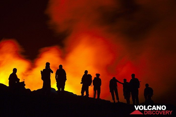 Silhouettes of a group watching the lava lake. (Photo: Tom Pfeiffer)