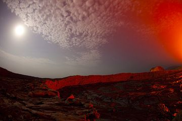 Eastern part of the South crater illuminated by moon and lava glow. (Photo: Tom Pfeiffer)