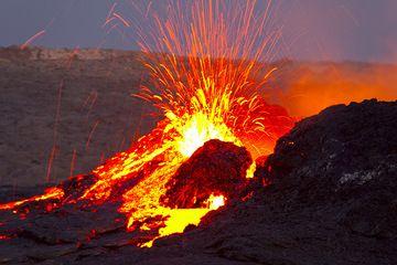 In der Morgendämmerung mischt sich das Licht der Lava mit dem Blau des Morgens. (Photo: Tom Pfeiffer)