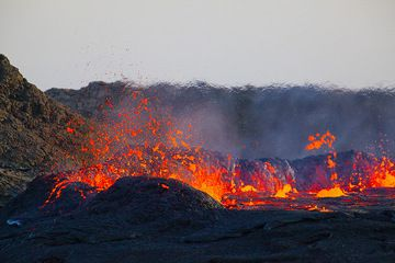 The boiling surface of the lake produces spectacular lava fountains. (Photo: Tom Pfeiffer)