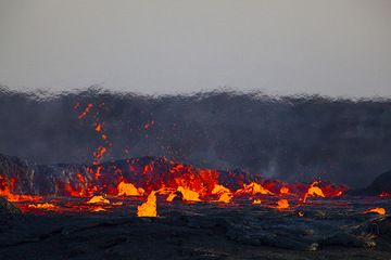 The lava lake is filled to the rim with boiling lava, its walls ready to burst and let out the fiery inferno. (Photo: Tom Pfeiffer)