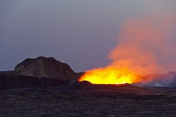 As the evening of 26 Nov approaches, no overflows occur. Despite the violently boiling lava inside, the ring wall seems impossibly stable. (Photo: Tom Pfeiffer)
