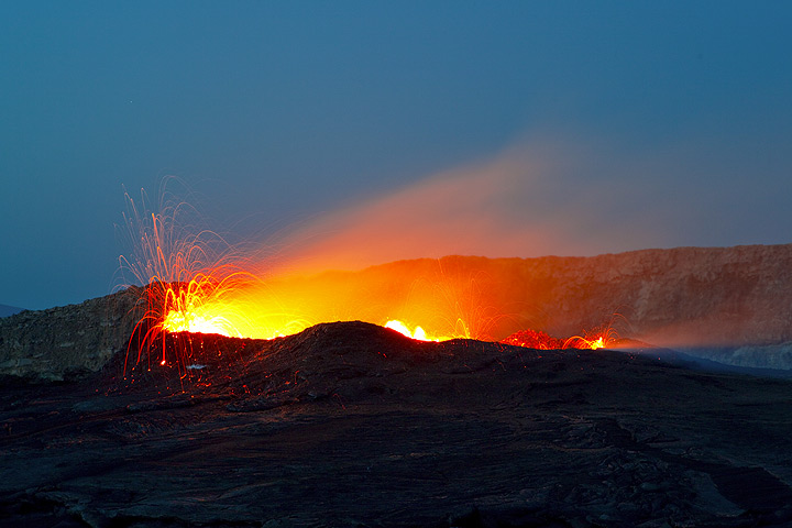 Late evening on 26 Nov from what is left of the S crater rim. (Photo: Tom Pfeiffer)
