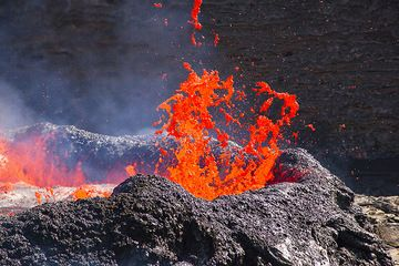 Bas bubbles bursting on the surface of the lava lake. (Photo: Tom Pfeiffer)