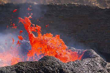 Exploding lava bubble at the lava lake close-up (Photo: Tom Pfeiffer)