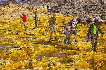 We walk carefully over the yellow crusts (Photo: Tom Pfeiffer)