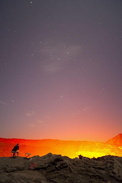 Watching the lava lake at night (Photo: Tom Pfeiffer)