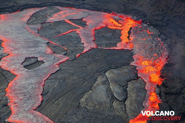 The western part of the lava lake is being overturned. The solid crust is broken into large fragments that sink back into the fluid interior of the lake. (Photo: Tom Pfeiffer)