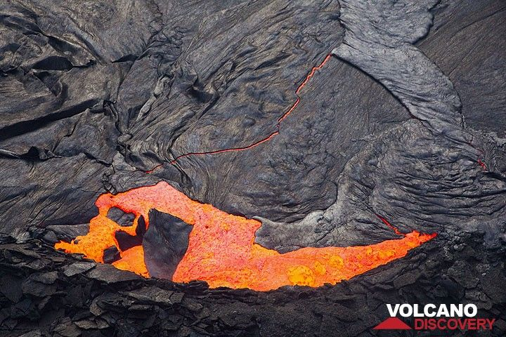 The crust is breaking apart at the southern margin of the lava lake and fragments are subducted and replaced by fresh hot lava. (Photo: Tom Pfeiffer)