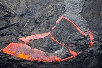 Eine Sekunde später haben sich die Risse vergrößert und die Lava, die die subduzierte Platte ersetzt hat, beginnt, neue Kruste zu bilden. (Photo: Tom Pfeiffer)