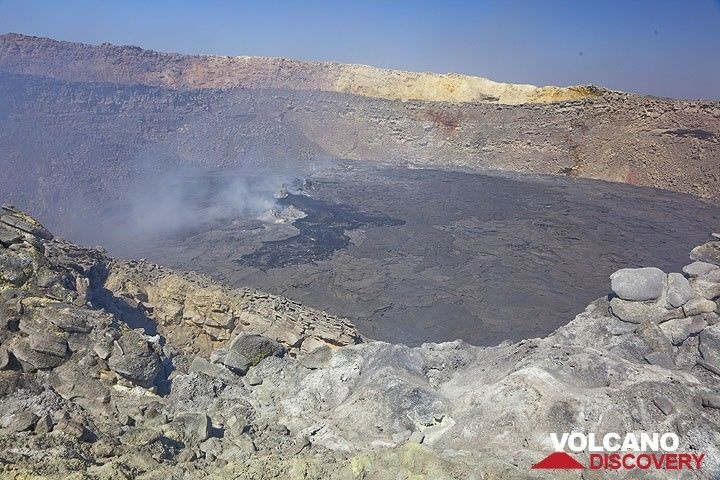 The north crater with active hornitos which from time to time produce small pahoehoe flows, indicating that the lava level is just beneath the surface. (Photo: Tom Pfeiffer)
