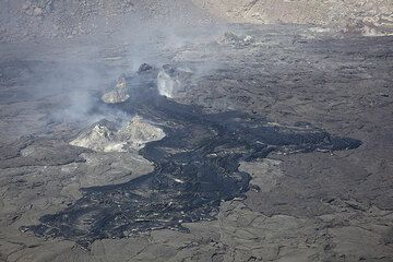 Small recent pahoehoe flows were emitted from the hornitos in the north crater. (Photo: Tom Pfeiffer)