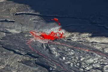 A small lava fountain in the middle of the lava lake (Photo: Tom Pfeiffer)
