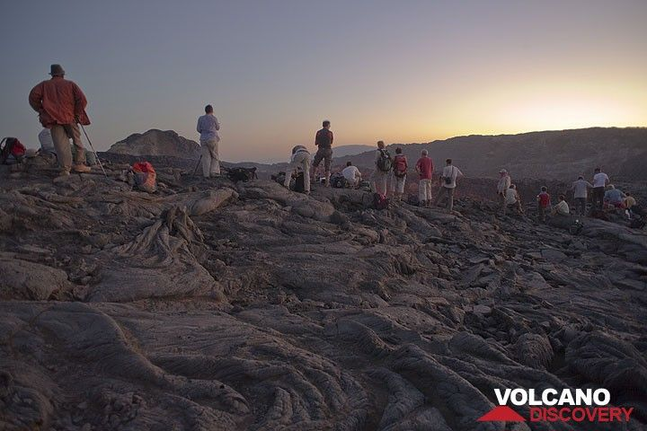A larger group has joined us on the crater rim. (Photo: Tom Pfeiffer)
