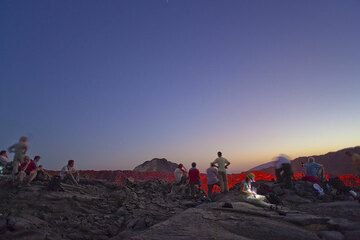 A larger group joins us for a short time at the edge of the crater above the lava lake (Photo: Tom Pfeiffer)