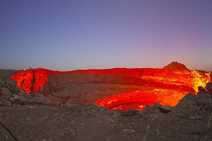 Lights of dusk and lava glow (Photo: Tom Pfeiffer)