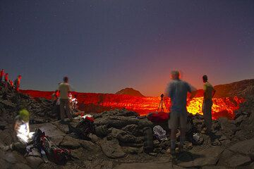 Tourists at the rim of Erta Ale's lava lake at night (Danakil desert, Ethiopia) (Photo: Tom Pfeiffer)