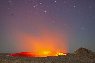 The glow from the lava lake rising into the star-lit sky (Photo: Tom Pfeiffer)