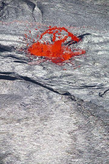 Lava fountain (Photo: Tom Pfeiffer)