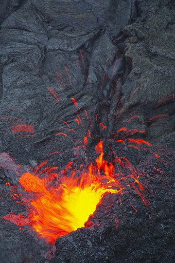 Pulsating lava fountain ejecting liquid spatter from the margin of the lake (Photo: Tom Pfeiffer)