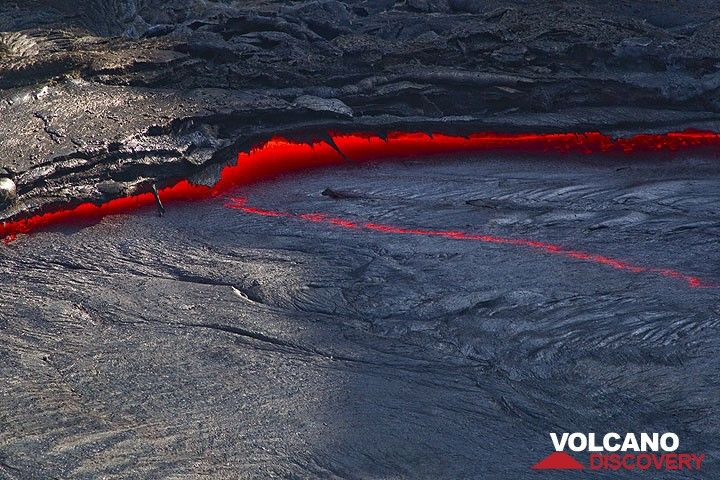 After each fountaining episode, degassing the lake, the volume shriks and the lake drops by about a meter, leaving dangling lava stalactites on the levees along the margins. (Photo: Tom Pfeiffer)