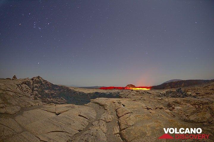 Blick zum Südkrater über einen Einsturzkrater hinweg im Mondlicht (Photo: Tom Pfeiffer)