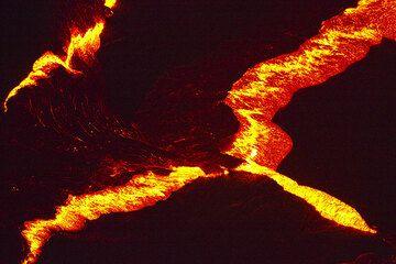 Erta Ale Nov de 2009: corteza de lago de lava y fuentes (Photo: Tom Pfeiffer)
