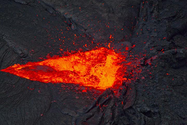 Fuente de lava móvil por la noche (Photo: Tom Pfeiffer)