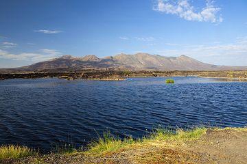 Fantale volcano behind Lake Awash (Photo: Tom Pfeiffer)