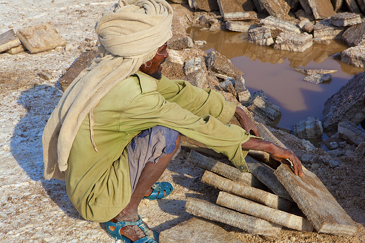 An Afar salt cutter taking a rest from the hard work shaping the salt crust into regular and always equal blocks... (Photo: Tom Pfeiffer)