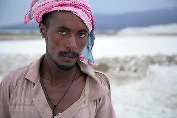 Ein junger Salzarbeiter. (Photo: Tom Pfeiffer)