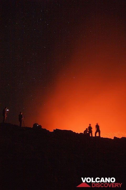 Observers of the lava lake at night (Photo: Tom Pfeiffer)