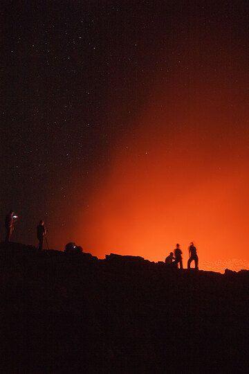 Observers of the lava lake at night (Photo: Tom Pfeiffer)