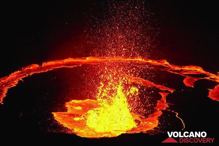 Large lava fountain in the center of Erta Ale's lava lake (Photo: Tom Pfeiffer)