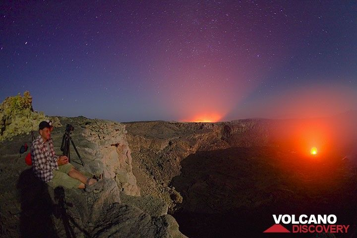 Andre watching the new activity in the south crater at night (Photo: Tom Pfeiffer)