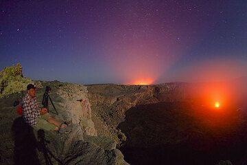 Andre staunt - magisches Licht aus beiden Kratern (Photo: Tom Pfeiffer)