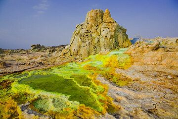 Green and yellow ponds beneath a prominent hot spring at Dallol (Photo: Tom Pfeiffer)