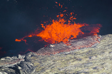 Lava fountain at the rim of the lake (Photo: Tom Pfeiffer)