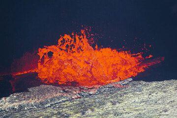 Lava fountain at the margin of the lake (Photo: Tom Pfeiffer)