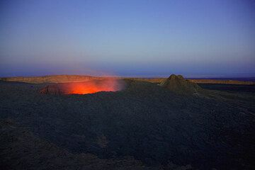 Evening view onto the south crater; some observers are small dots on the crater rim. (Photo: Tom Pfeiffer)