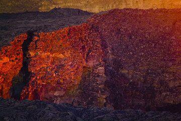 Die Kraterwände im abendlichen Zwilicht. (Photo: Tom Pfeiffer)