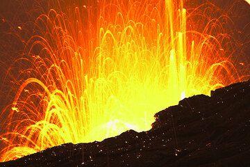 The fountaining looks like strombolian activity! (Photo: Tom Pfeiffer)