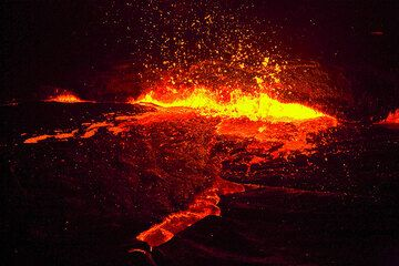 Spattering from the lava fountain at night (Photo: Tom Pfeiffer)