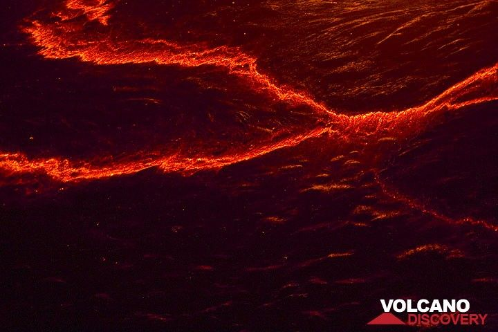 Night-time patterns on the surface of the lava lake. (Photo: Tom Pfeiffer)