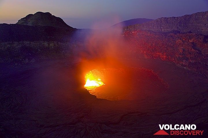 The glow from the lava lake in the morning twilight (Photo: Tom Pfeiffer)