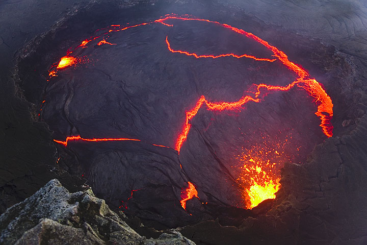 Spattering from the western margin of the lava lake. (Photo: Tom Pfeiffer)