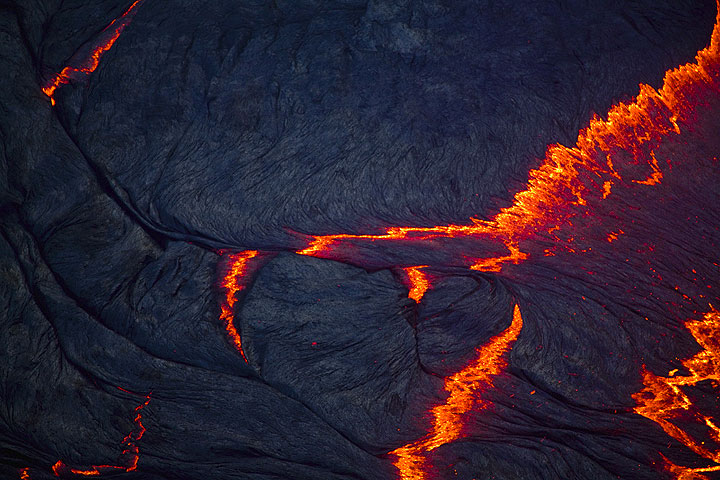 The surface of the lava lake in the evening, when the rift zones are starting to glow red, revealing fresh magma welling up. (Photo: Tom Pfeiffer)
