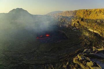 The still fresh morning at the lava lake (Photo: Tom Pfeiffer)
