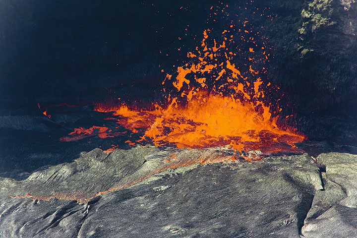 Exploding lava bubble at the fountain. Pele's hair can be seen forming between the speparating lava clots.  (Photo: Tom Pfeiffer)