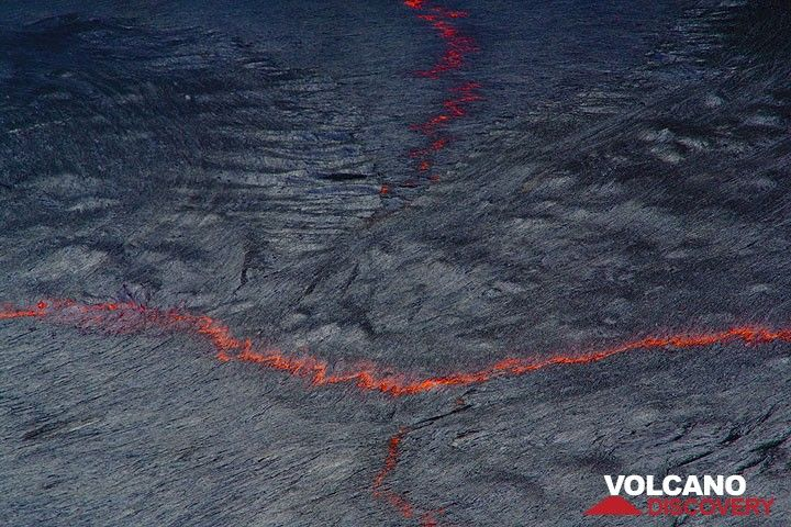Abstract patterns on the surface of the lava lake  (Photo: Tom Pfeiffer)